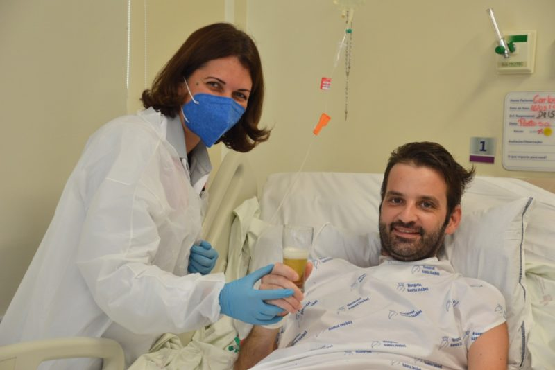 Carlos Alberto tomou cerveja e comeu linguicinha no hospital – Foto: Gabriel Silva/HSI