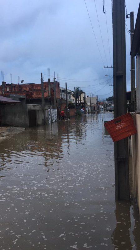 A Servidão Nery Donaciano Rodrigues, no Rio Vermelho, em Florianópolis, amanheceu completamente alagada nesta quarta – Foto: Arquivo pessoal/ND