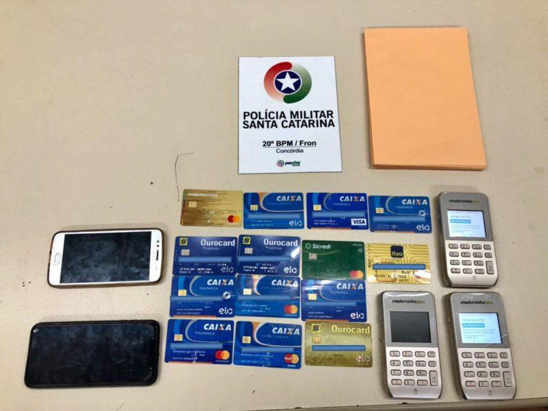 Dois homens estavam hospedados em Concórdia e no quarto do hotel foram localizados os cartões e máquinas utilizadas no golpe – Foto: PM/Divulgação/ND