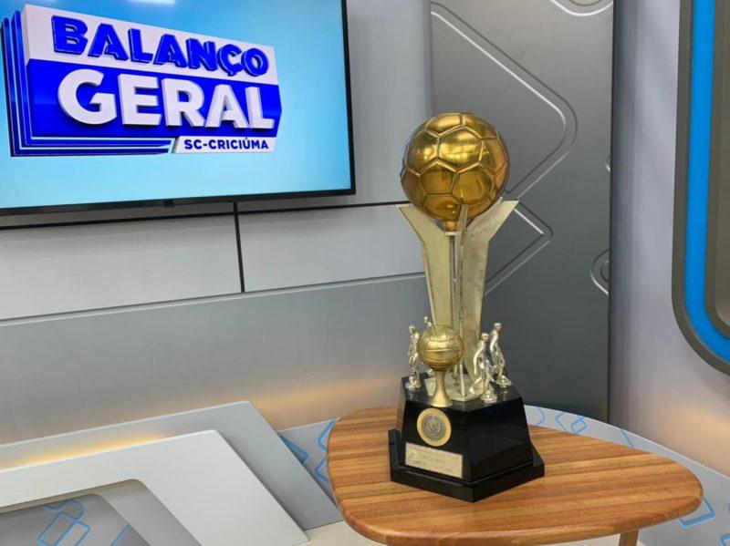 O troféu de 30 anos permaneceu no estúdio do Balanço Geral/Criciúma durante todo o programa desta quarta-feira. – Foto: Deivid Morona