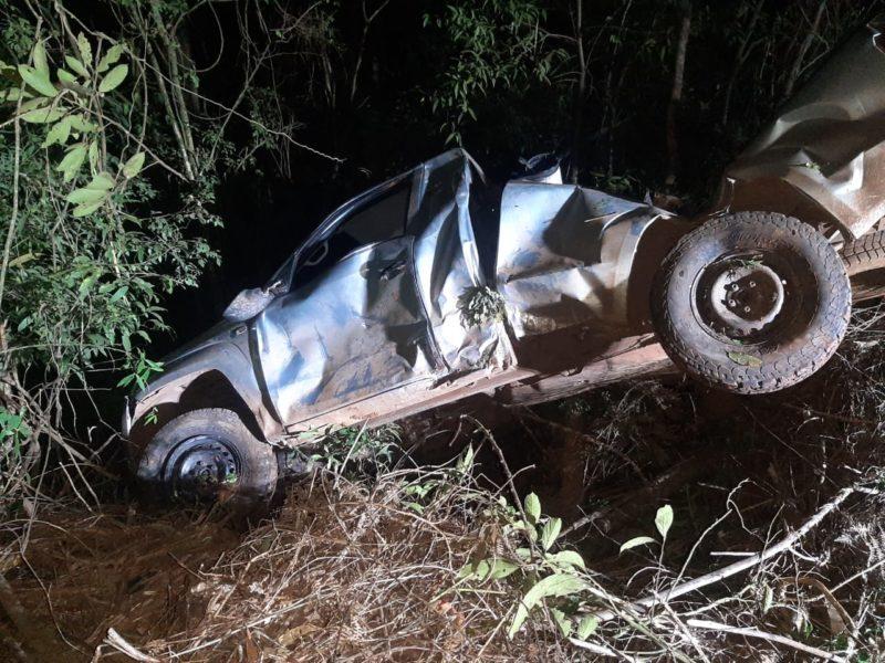 Motorista foi jogado para fora do carro. – Foto: Corpo de Bombeiros Militar/Divulgação/ND
