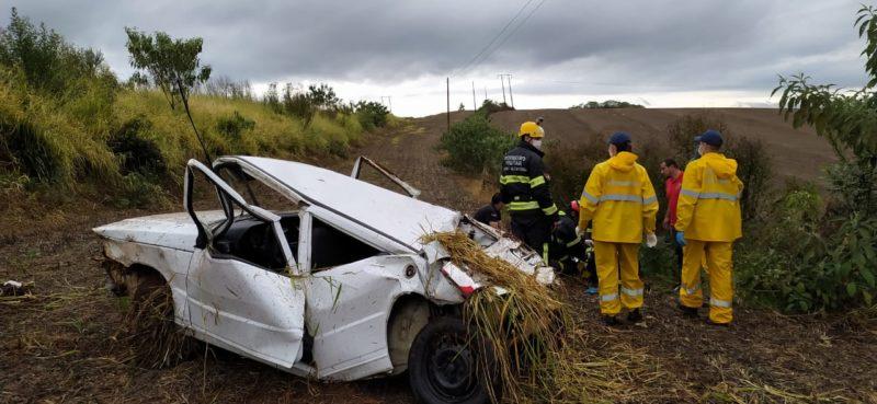 Carro saiu da pista e capotou. – Foto: Corpo de Bombeiros Militar/Divulgação