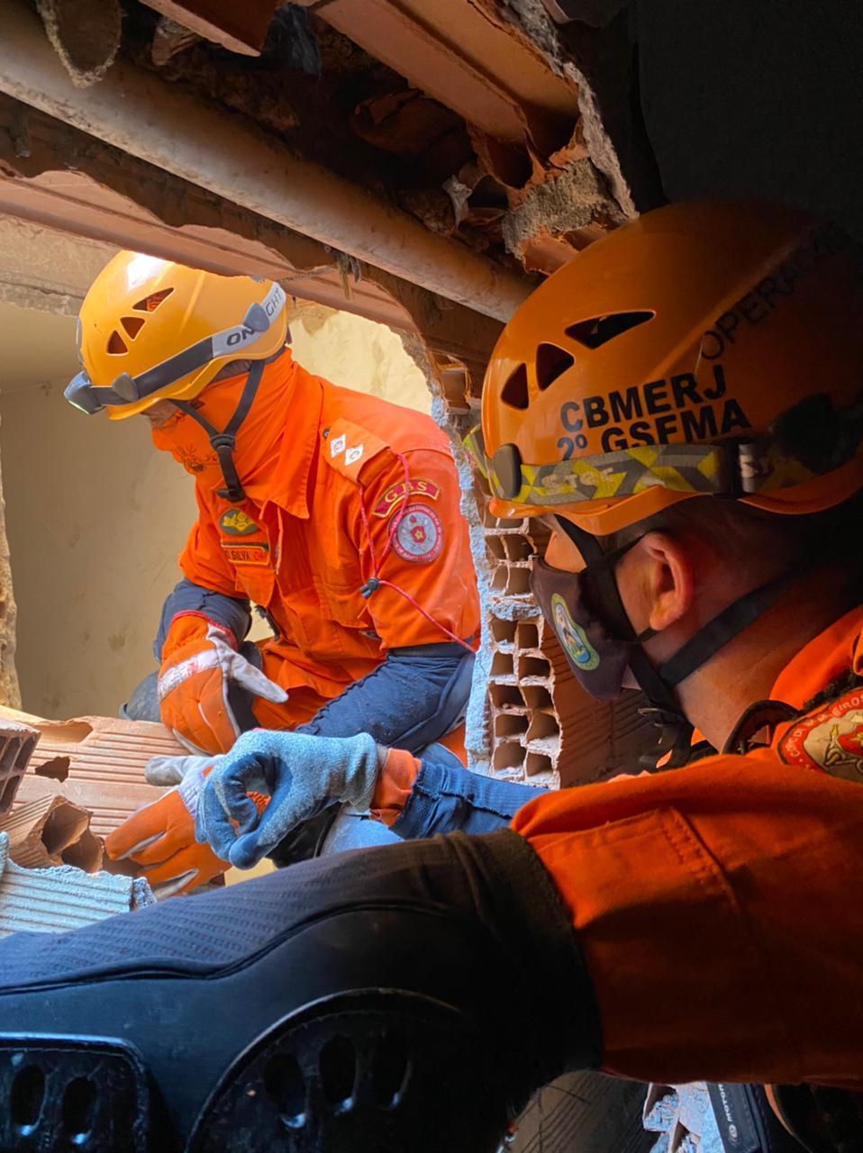 Os bombeiros trabalham incansavelmente para retirar essas pessoas dos escombros e salvar vidas - CBMR/Divulgação/ND