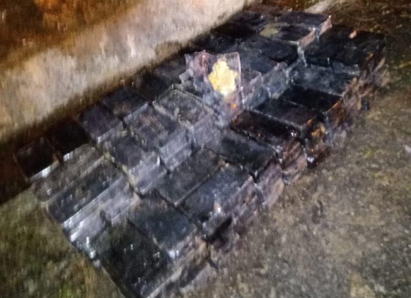 Mais de 200 kg de cocaína foram apreendidos após o tombamento de um caminhão na BR-376, ainda na noite de segunda (31). Os ocupantes do veículo chegaram a fugir, mas acabaram detidos. A carga foi avaliada em R$ 28 milhões – Foto: PRF/Divulgação ND