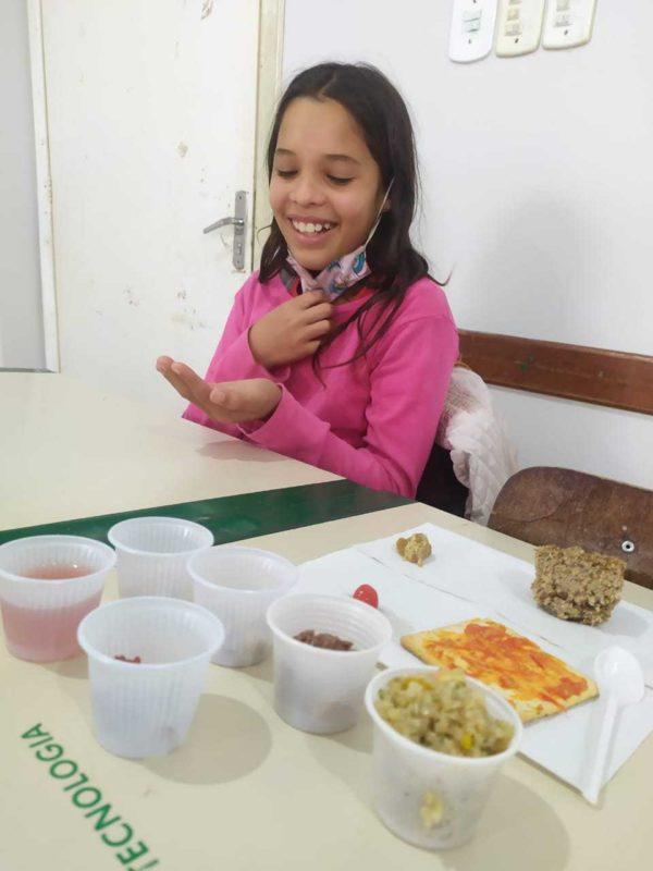 Aluna Evelyn provando alimentos durante a aula – Foto: Governo de SC/Divulgação/ND
