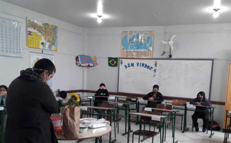 Professoras da escola de Xanxerê desenvolvem projeto que faz alunos degustarem alimentos diferentes de outros países – Foto: Governo de SC/Divulgação/ND