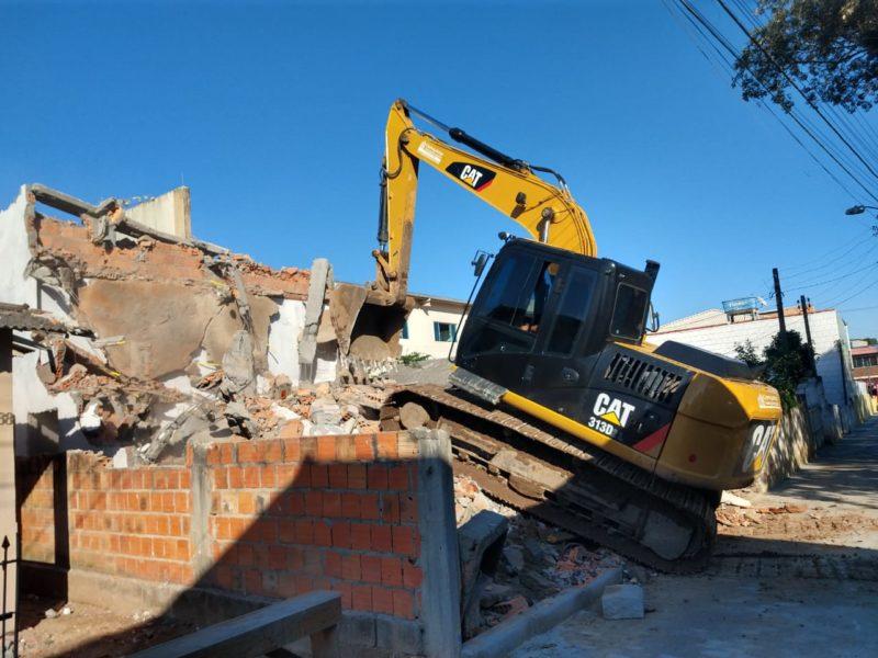 Prefeitura demole prédio e casa em construção, em Florianópolis