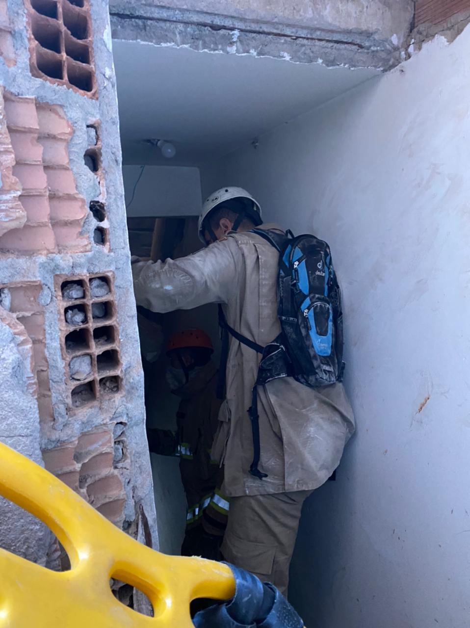 Informações iniciais apontam que ao menos 5 pessoas estão sob os escombros. Cães farejadores auxiliam no resgate - CBMR/Divulgação/ND