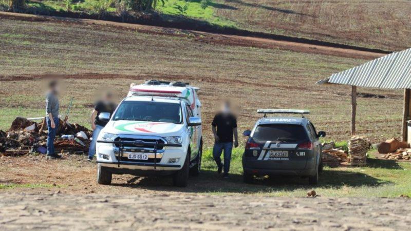 Suspeito, algemado, esteve no local do crime na tarde de segunda-feira (14) – Foto: Marcos Lewe/Rádio 103 FM/Divulgação/ND