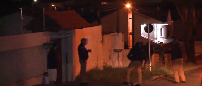 De acordo com a vítima, o suspeito atirou contra a casa por pelo menos cinco vezes e ainda lançou um coquetel molotov contra a residência – Foto: Reprodução/ RIC Record TV Curitiba