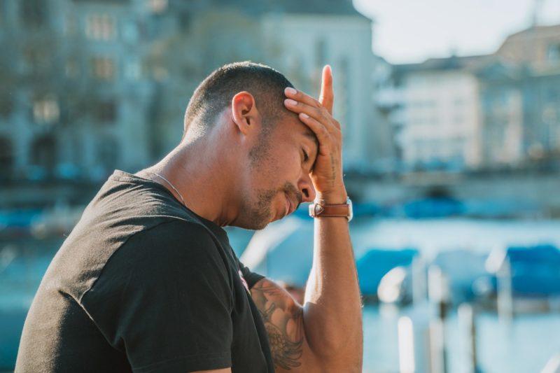 A dor de cabeça mais comum é frontal e latejante – Foto: Reprodução/Pixabay
