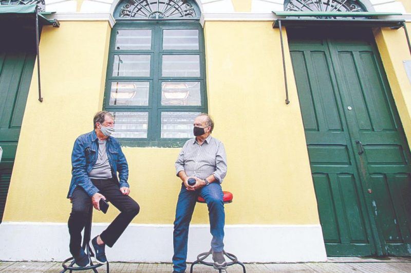 O aposentado Décio Bortoluzzi e o artista plástico Átila Ramos relembram com saudades de bares, clubes e histórias da cidade – Foto: Leo Munhoz/ND