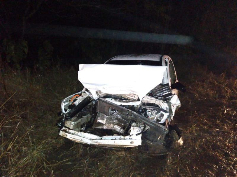 Veículo ficou com a frente completamente destruída após colidir com caminhão – Foto: Divulgação/Corpo de Bombeiros Voluntários de Lontras/ND
