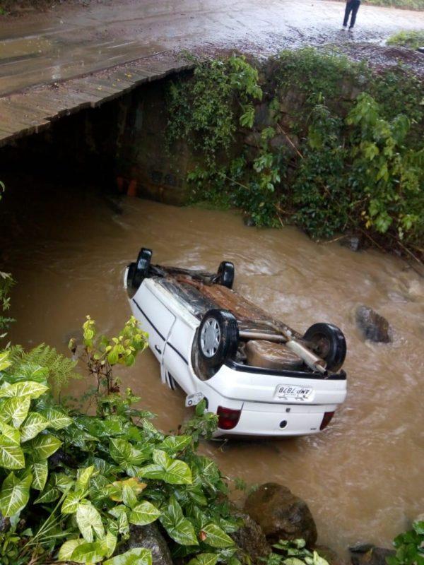 Motorista capotou o carro dentro de um rio em Pomerode