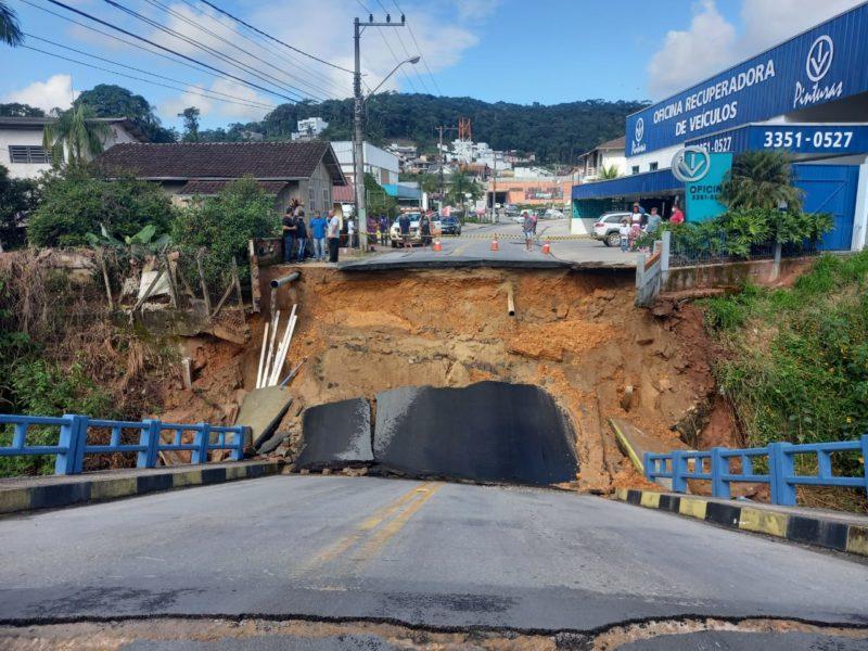 Estrutura da ponte cedeu por volta das 11h desta quarta-feira (9) – Foto: Divulgação/Prefeitura de Brusque/ND
