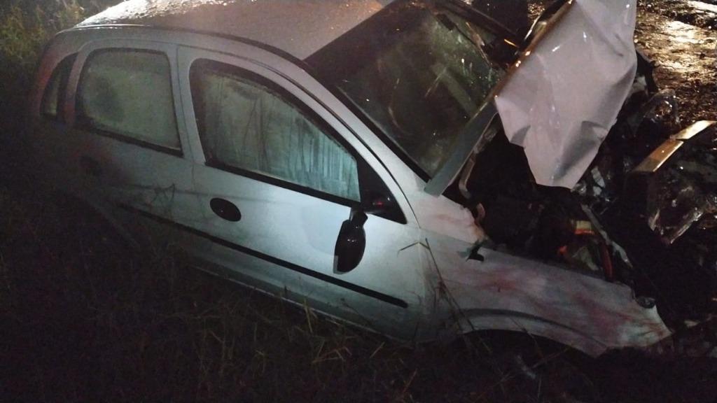 Veículo ficou com a frente completamente destruída após colidir com caminhão - Divulgação/PRF/ND