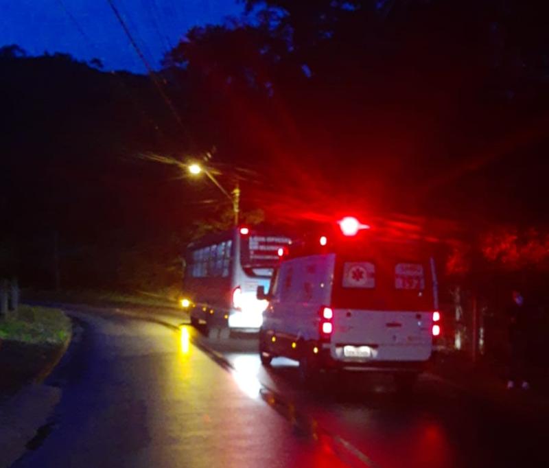 ônibus passou direto por lombada e deixou três pessoas feridas