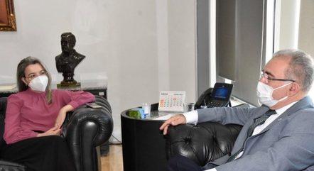 Queiroga em conversa com a médica Rosana Leite de Melo – Foto: Divulgação/ Tony Winston / MS