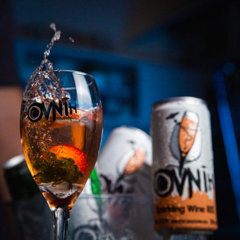 O vinho é utilizado para fazer drinques – Foto: OVNIH/Divulgação