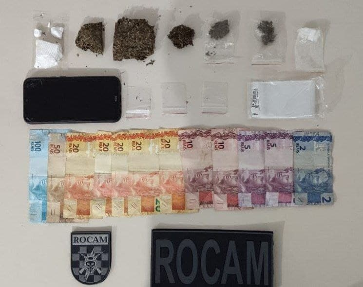 Polícia encontra com adolescente e jovem droga embalada para venda e dinheiro – Foto: PM/Divulgação/ND