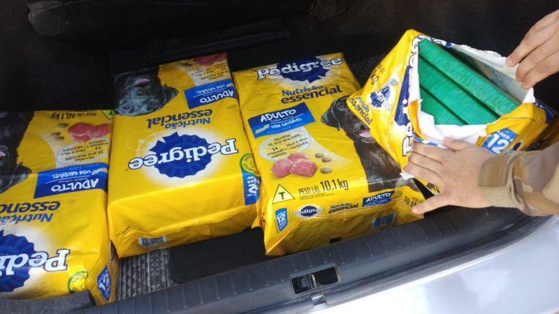 Sacos de ração com maconha dentro foram encontrados no porta malas do carro – Foto: PMSC/Divulgação