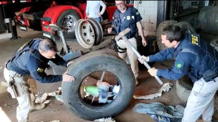 Droga foi localizada nos pneus do caminhão – Foto: PRF/ND