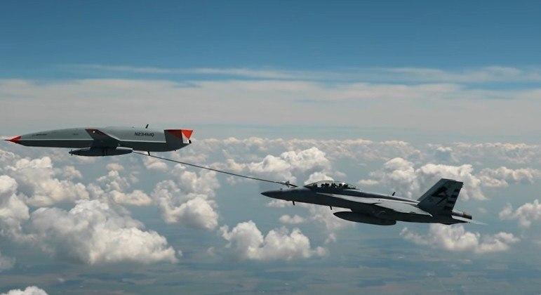 Drone de cor cinza e ponta laranja aparece no canto esquerda e drona logo abaixo da cor cinza