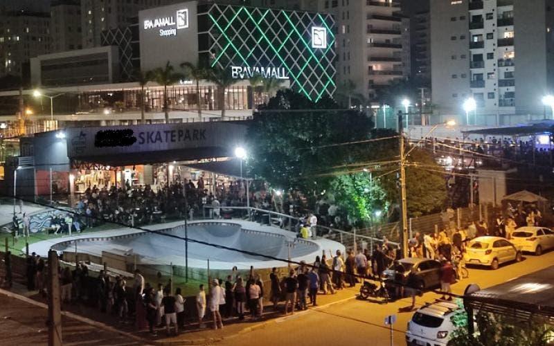 Fila de pessoas para entrar em bar n Praia Brava dobrava o quarteirão – Foto: Reprodução redes sociais
