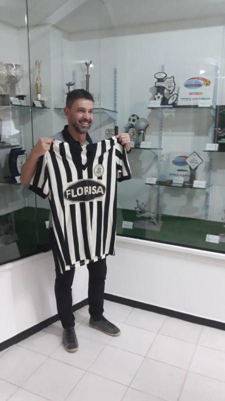 """Levei uma camiseta da minha minha coleção. Ídolo Fernandes exigiu """"quero uma foto com ela"""". – Foto: Fabio Machado/ND"""