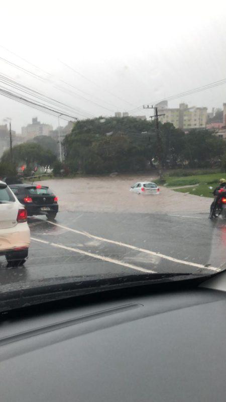 Alagamento na alça de acesso à ponte Pedro Ivo, em Florianópolis – Foto: Caroline Pereira Pinho Saragosa/ND