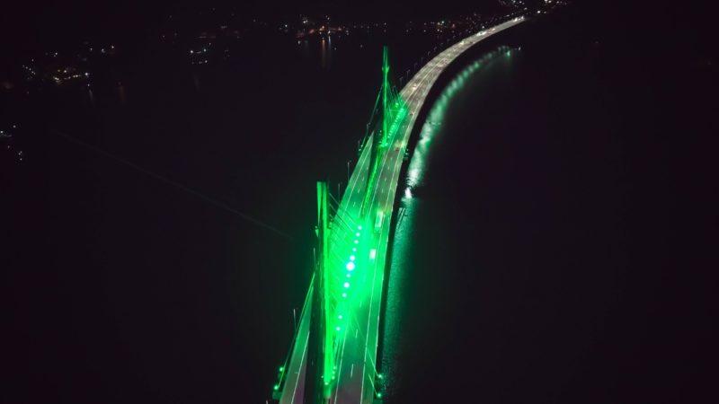 Ponte de Laguna na BR-101 está iluminada com a cor verde em alusão ao Dia Mundial do Meio Ambiente – Foto: Divulgação/CCR ViaCosteira/ND