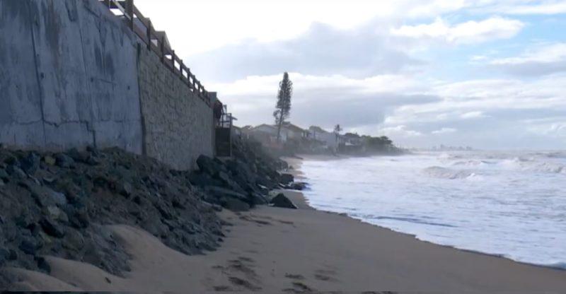 Água vem avançando na orla em Barra Velha – Foto: Reprodução/NDTV