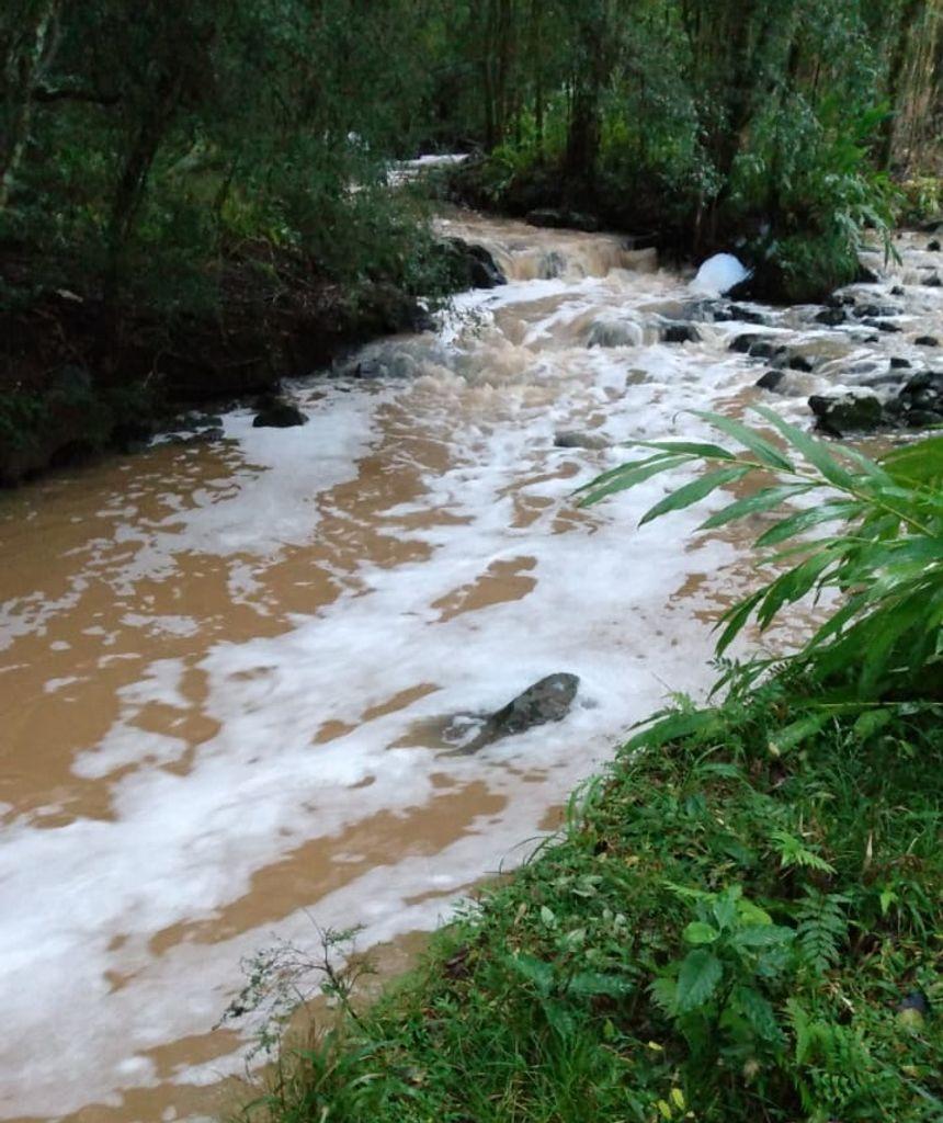 Espuma em rio de Joaçaba - Reprodução/Eder Luiz/ND