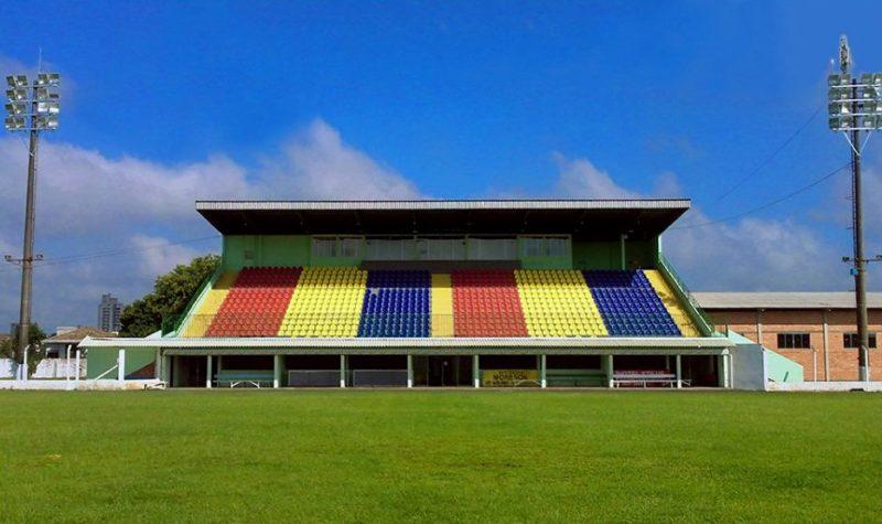 Iluminação do estádio Ditão, em Canoinhas, está no centro de uma polêmica – Foto: Newerton Mazzucco/Wikimedia Commons