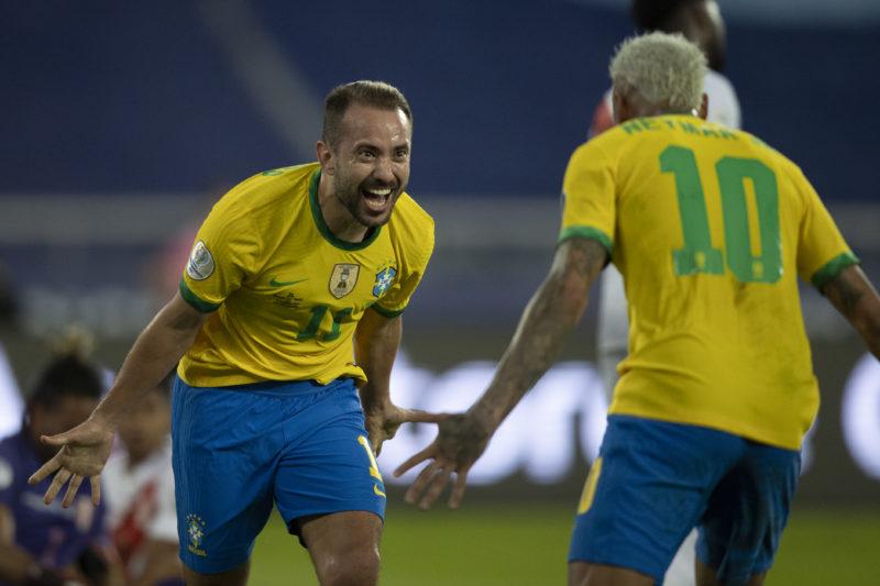 Éverton Ribeiro comemora com Neymar o terceiro gol do Brasil – Foto: Lucas Figueiredo/CBF