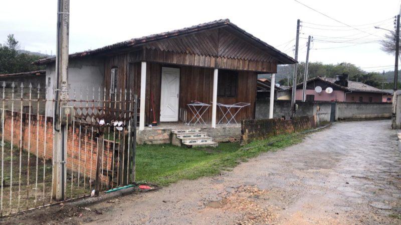 Crime foi registrado na casa em que o casal mora no bairro Vila Esperança, em Siderópolis – Foto: Juno César/NDTV