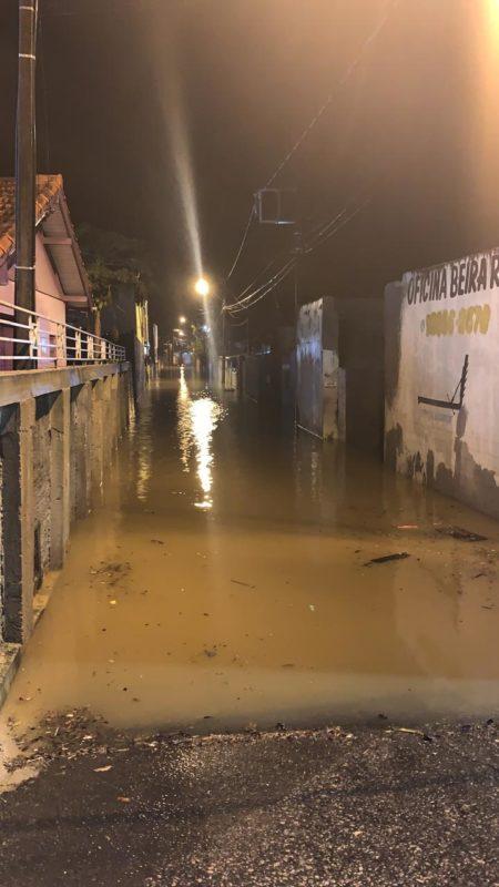 Servidão Beira Rio, no bairro Rio Tavares, em Florianópolis, está completamente alagada neste sábado (19) – Foto: PMF/Divulgação/ND