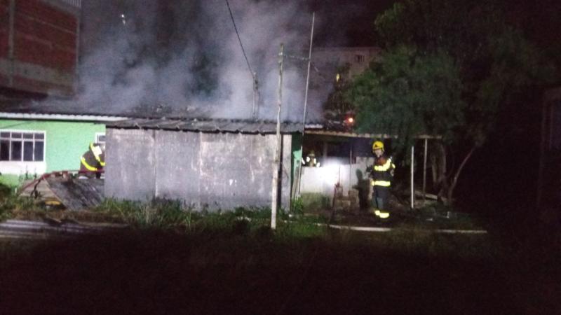 O imóvel estava abandonado e ninguém ficou ferido – Foto: Corpo de Bombeiros/Divulgação/ND