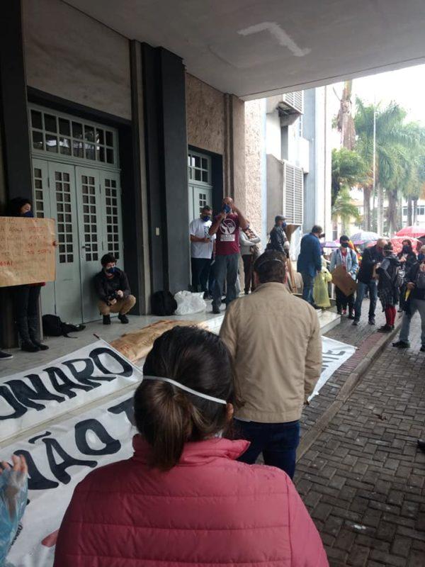 Em Blumenau, manifestantes se reuniram no Teatro Carlos Gomes – Foto: Redes sociais/ND