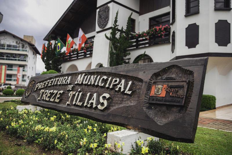 Placa esculpida para a Prefeitura de Treze Tílias – Foto: Agência Somenzi