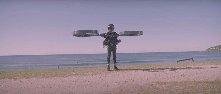 A empresa australiana CopterPack realizou o primeiro voo teste de sua mochila voadora. O experimento foi gravado e compartilhado pela companhia em seu canal no YouTube – Foto: Reprodução/ Youtube