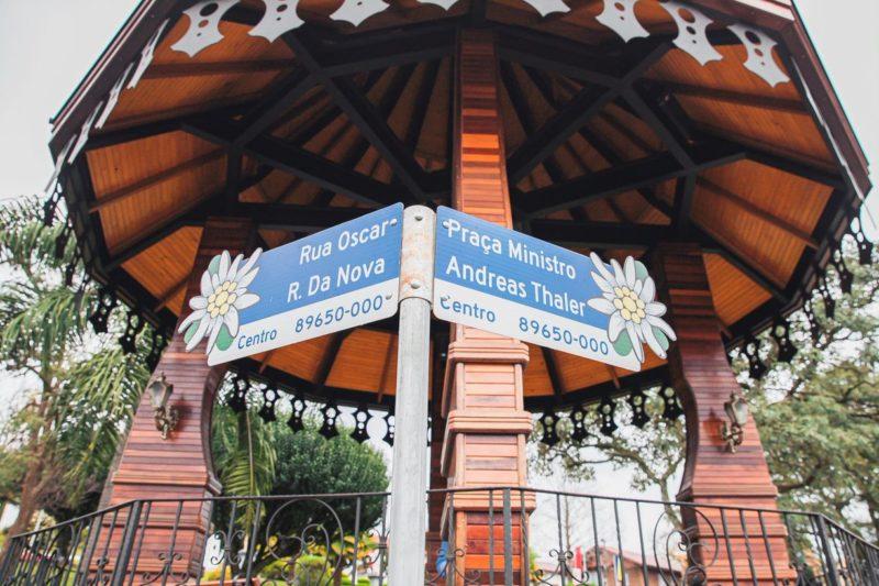Placas decoradas dão um toque de graça à cidade – Foto: Agência Somenzi