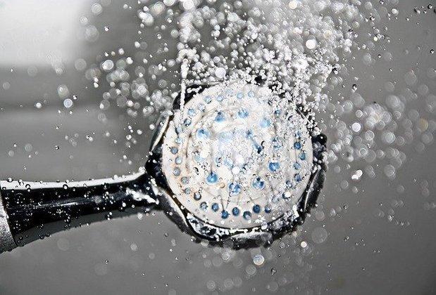 O chuveiro elétrico é o aparelho que mais consome energia em uma residência, representando de 25% a 35% do valor da conta. Sozinho, ele pode gastar a mesma energia que 54 TVs ligadas ao mesmo tempo. Para economizar, tome banhos mais curtos de até 5 minutos. Evite colocar o chuveiro na potência máxima, pois com a temperatura regulada no modo inverno o gasto aumenta em 30% – Foto: Pixabay