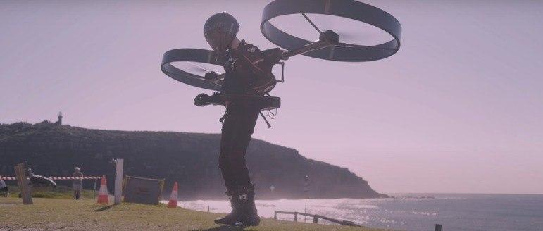 Durante o teste, o piloto decolou à beira-mar de uma posição em pé e, após ganhar uma altitude de cerca de 15 metros, deslizou por 40 segundos e fez uma aterrissagem suave. Ao todo, o voo durou menos de um minuto – Foto: Reprodução/ Youtube