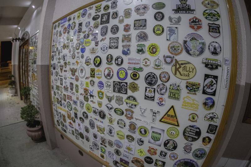 Adesivos deixados por grupos de motociclistas que passam por Urubici – Foto: Agência Somenzi