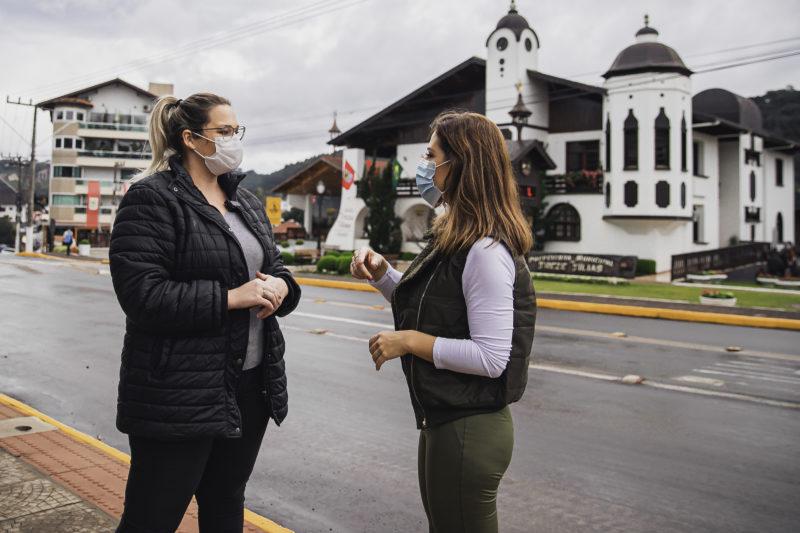 Marta Gomes conversa com uma moradora da cidade – Foto: Agência Somenzi