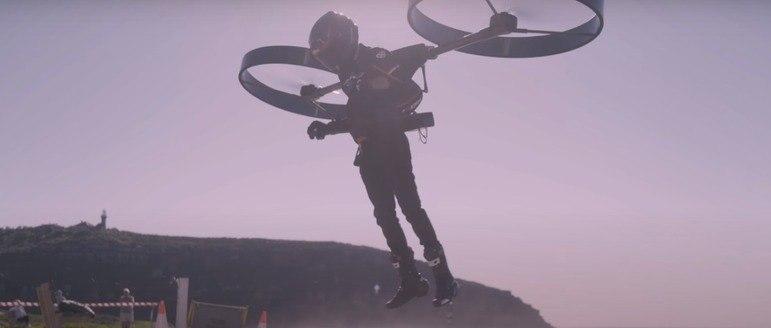 """""""No início do ano passado, tive a ideia de construir um helicóptero em forma de mochila e experimentar um tipo único de voo"""", afirmou ao DailyMail o inventor do CopterPack, Matt. Ele só divulgou o primeiro nome – Foto: Reprodução/Youtube"""
