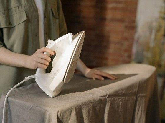 O ferro pode representar até 7% da conta de energia da casa. Por isso, acumule roupas para passar de uma só vez, pois o aquecimento do ferro demanda muita energia. Outra dica é deixar as roupas que precisam de menos calor para passar por último. Assim, dá para desligar o ferro e passá-las aproveitando que o aparelho ainda está quente – Foto: Cottonbro/Pexels
