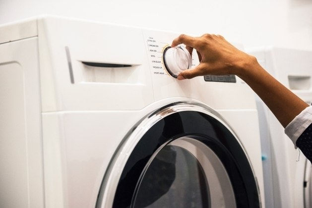 O consumo da de uma máquina de lavar pode representar cerca de 2% a 5% da conta de luz de uma casa. Para economizar, junte o máximo de roupas para aproveitar a capacidade total da máquina e assim utilizá-la menos vezes. Dessa maneira é possível economizar na conta de luz e também na conta de água – Foto: Pexels