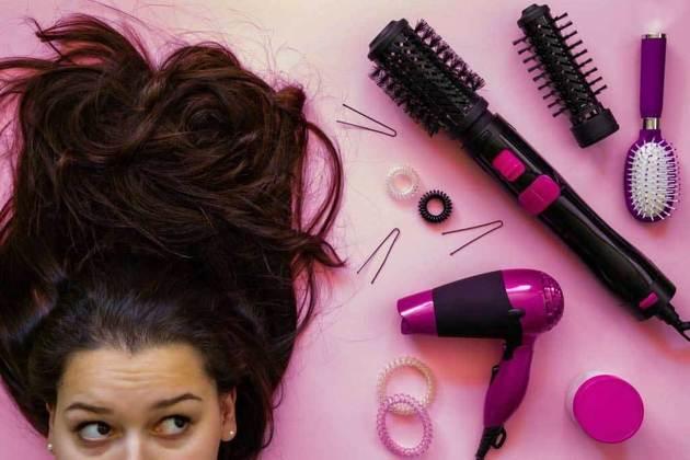 Enxugue bem o cabelo antes de usar secador ou chapinha, pois estes aparelhos consomem bastante energia. Se quer economizar, seque bem o cabelo com a toalha antes de usá-los – Foto: Montagem